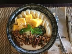 Coconut yogourt with fresh food and granola. Healthy Breakfast Recipes, Healthy Eating, Ayurveda, Granola, Acai Bowl, Coconut, Fresh, Ethnic Recipes, Food