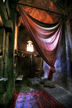 In Lalibela (Ethiopia). beautiful hanging fabric transforms a space. Interior Flat, Interior And Exterior, Gypsy Decor, Bohemian Decor, Gypsy Style, Bohemian Style, Bohemian Gypsy, Dark Bohemian, Gypsy Chic
