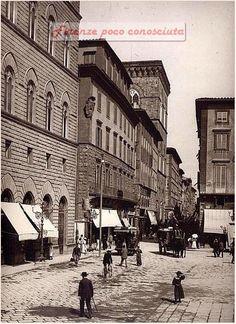 Piazza della Signoria all'angolo Via Calzaiuoli, foto 1890,Come rendere una via cosi anonima interessante.