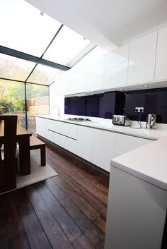 L Shaped kitchen with peninsula in a white gloss kitchen finish #lshaped #kitchen