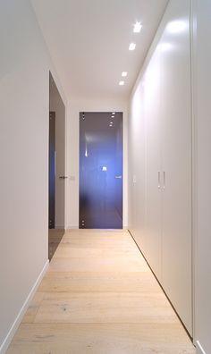 A casa di MEM Wall Wash Lighting, Corridor Lighting, Light Architecture, Architecture Design, Corridor Design, My Ideal Home, House Entrance, Ceiling Design, House Rooms