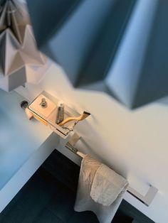 Porta asciugamani New Europe New Europe è una nuova collezione di accessori per il bagno by Inda. I vari elementi, tra cui porta asciugamani, appendiabiti, porta sapone e porta bicchiere, sono realizzati in ottone cromato.