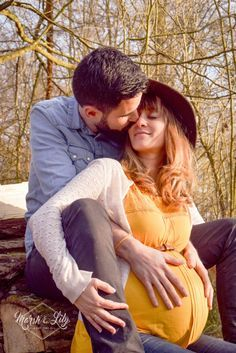 Pregnancy 812266482771218325 - Maternity couple pose – a beautiful shot of Mom and Dad to be. Source by Maternity Photography Poses, Maternity Poses, Maternity Pictures, Baby Pictures, Pregnant Couple, Pregnant Mom, Newborn Photos, Pregnancy Photos, Pregnancy Info