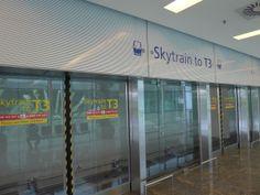 คุณสามารถเดินทางไปยังตัวอาคาร Terminal 1 ,2,3 ได้ด้วยการใช้ Skytrain http://justsmalltalk.wordpress.com/2011/04/26/changi-airport-terminal-1/