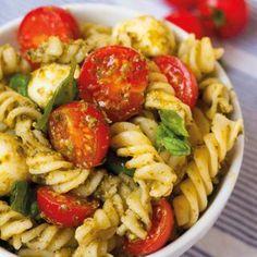 Dieser Nudelsalat mit Tomaten, Mozzarella und Basilikum ist super einfach und SO lecker. Unbedingt probieren - Schnell, praktisch und verdammt gut!