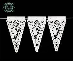 Banderines Triangulares: LOVE. Un detalle muy romántico para decorar la carpa o el techo de tu evento.