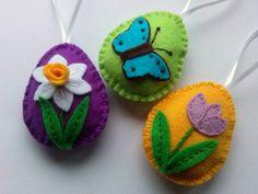 Nadaljujem s pomladno velikonočnim ustvarjanjem.  Še vedno se držim osnovnih barv: rumena, svetlo zelena, turkizno modra in vijolična.  Tokr...