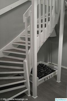 Här nedan visar jag bilder på när vi renoverade vår gamla furutrapp. Ni får se före och efter bilder längst ner. Open Trap, Diy Furniture, Stairs, Solid Black, Home Decor, House Ideas, Apartments, Pictures, Stairway