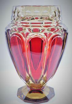 """Val Saint-Lambert Vase """"E.L.317"""", cristal Topaze doublé rouge à l'or, réalisé pour l'exposition de 1930 à Liège.  Hauteur: 28,5 cm"""