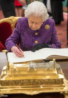 Queen Elizabeth II signs the guest book during a reception for the High Commissioners' Banquet to mark Commonwealth Week at the Guildhall on March 2016 in London, United Kingdom. Hm The Queen, Her Majesty The Queen, Save The Queen, Royal Monarchy, British Monarchy, Santa Lucia, Princess Kate Middleton, Princess Diana, Queen Elizabeth