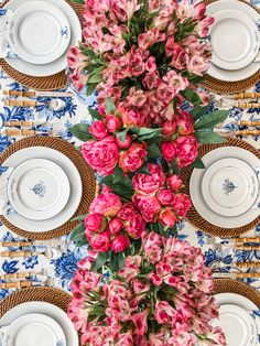 How to Decorate with Ginger Jars and Where to Find them - Randi Garrett Design - blue and pink floral table – great to welcome all the fun of spring! Thanksgiving Table Settings, Christmas Table Settings, Hosting Thanksgiving, Beautiful Table Settings, Floral Centerpieces, Floral Arrangements, Ginger Jars, Summer Parties, Tablescapes