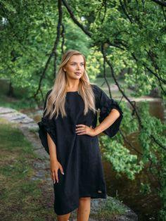 LINEN Swan Dress -pellavamekko, musta | PURA Finland Malli, Short Sleeve Dresses, Dresses With Sleeves, Finland, Swan, Helmet, How To Make, Fashion, Gowns With Sleeves