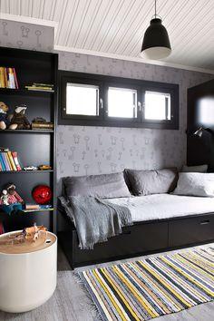 Perheen pojan huoneessa on Pihlgren ja Ritolan Avain 69789 -tapetti. Kaapisto, kirjahylly ja vuode ovat Topikeittiöiden Lato-mallistoa. Keltaharmaa räsymatto on Lotten Eklundin kutoma. Caravaggio P2 -riippuvalaisin on sisustusliike Zarrosta. Rag Rug, Interior Design, Furniture, Bed, Home, Interior, Recycled Fabric, Storage Bench, Home Decor