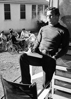 """Marlon Brando fumando en una pausa del rodaje de """"Hombres"""", 1950"""