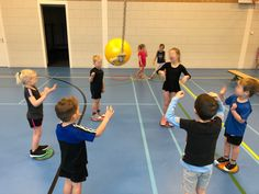 Kids Gym, Science For Kids, Physical Education, Stunts, Physics, Basketball Court, Ballet Clothes, School, Health