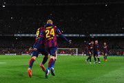 Jeremy Mathieu de Barcelona (24) celebra con Luis Suárez (9) como se anota su primer gol con un cabezazo durante el partido de Liga entre el FC Barcelona y el Real Madrid CF en el Camp Nou el 22 de marzo de 2015, de Barcelona, España.