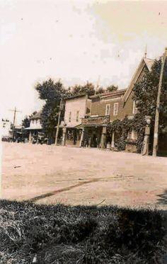 Collection Prescott-Russell en numérique: Vue de la résidence et du magasin Maheu, du Bureau de poste et de l'Hôtel Debonville. Avant 1932.