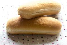 Comenzábamos la semana preparando pan de hamburguesa y ahora vamos a preparar pan de perrito :D El hecho de hacer el pan en nuestra propia casa hace que sepamos exactamente qué ingredientes estamos ut