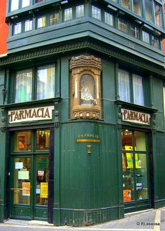 Farmacia en la Plaza Consistorial, Pamplona.  Por Rufino Lasaosa