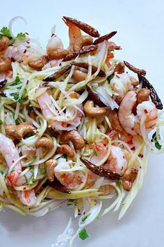 Thai Green Mango Salad with Grilled Shrimp and Cashews (ยำมะม่วงกุ้งย่าง) by shesimmers Clean Eating Recipes, Healthy Eating, Cooking Recipes, Thai Cooking, Asian Recipes, Healthy Recipes, Ethnic Recipes, Green Mango Salad, Soup And Salad