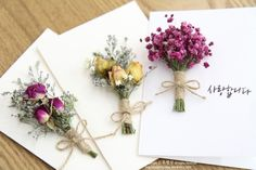 Gift with a mini bouquet: 20 interesting ideas Id . Handmade Flowers, Diy Flowers, Paper Flowers, Creative Gift Wrapping, Creative Gifts, Table Cadeau, Dried Flower Bouquet, Ideias Diy, Flower Cards