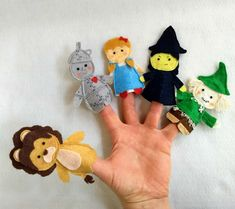 Felt Finger Puppets, Quiet Books, Sewing Projects For Beginners, Couture, Christmas Ornaments, Holiday Decor, Puppets, Feltro, Wizard Of Oz