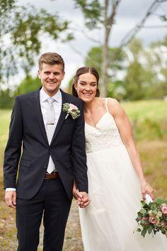 """Kari og Kristian tok et noe utradisjonelt valg ved å ha fotograferingen før vielsen. Dette er noe jeg virkelig vil anbefale hvis man har vielse litt sent på dagen og man klarer å få tid til det. Dette gjør at man kan nyte dagen med gjestene etter vielsen. I tillegg får man sjansen til å ta """"first look"""" bilder som jeg synes er så koselige å ha,  #dokumentariskebryllupsbilder #bryllupsfoto #bryllupsfotograf"""
