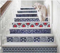 Una hermosa manera de modernizar tus escaleras es usando papel con motivos geométricos, abstractos o florales es excelente para crear una decoración de estilo único y creativo.