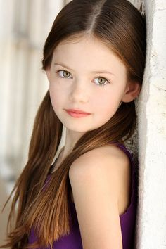 Children portraits photography girl poses Ideas for 2019 Most Beautiful Child, Beautiful Children, Beautiful Eyes, Photo Bb, Mackenzie Foy, Kid Poses, Sibling Poses, Children Poses, Shooting Photo