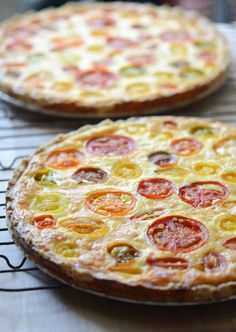 This recipe for tomato sweet corn quiche, happily and sadly, requires peak-season ingredients. It's all about really sweet corn and flavorful ripe tomatoes. Quiches, I Love Food, Good Food, Yummy Food, Tomato Quiche, Frittata, Great Recipes, Favorite Recipes, Vegetarian Recipes