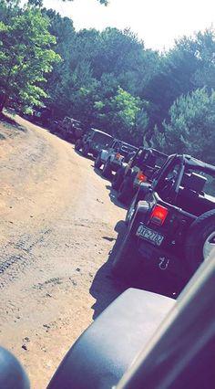 Jeep on jeep Jeep 4x4, Jeep Truck, My Dream Car, Dream Cars, Foto Snap, Jeep Wave, Black Jeep, Cool Jeeps, Car Goals