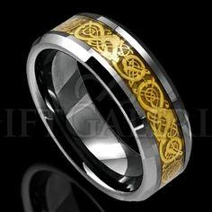 A aliança de compromisso celta Aryanna é feita em tungstênio, ouro e resina; com lindos detalhes cuidadosamente entalhados na aliança.