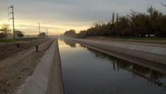 El canal grande de riego, ahora ya con poca agua, le da vida a todo el Valle de Río Negro y Neuquén