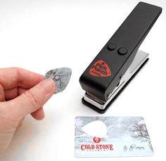Un excellent gadget qui va permettre à tous les guitaristes de créer leur propres médiators à partir de cartes en plastique, à commencer par leur ancienne