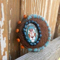 Brož / Brooch / Spilla. Pečlivě plstěná brož zhotovená metodou suchého i mokrého plstění se skleněným kabošonem, dozdobená dřevěnými korálky a kovovými komponenty v barvě... Hanukkah, Brooch, Wreaths, Handmade, Decor, Hand Made, Decoration, Door Wreaths, Brooches