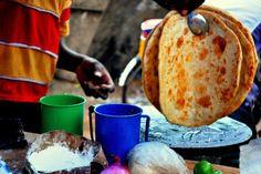 """Un rolex en Ouganda À la base de ce classique de la street food ougandaise, il y a le chapati : un pain plat et sans levain, spécialité venue d'Inde. Une fois cuit, le chapati est garni d'omelette et de légumes puis roulé. En anglais, cela donne du """"rolled eggs"""" (oeufs roulés), ou """"rolex"""" quand on le prononce très vite. Voir l'épingle sur Pinterest / Via helpmbale.tumblr.com"""