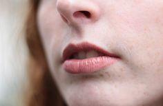 Lise porte le rouge à lèvres liquide Melted de Too Faced, dans la teinte « Chihuahua » (20€, en exclusivité chez @sephora ). #lips #lipstick #nude
