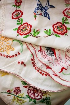 Fabulous vintage embroidery.  I think my mom used to have most of these pieces that she and grandma embroidered and crocheted edges on.  Hope I was smart enough to pack some of them away...