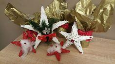 Ötletes Blog: Karácsonyi csillagok újságpapírból Christmas Wreaths, Gift Wrapping, Holiday Decor, Blog, Gifts, Christmas Swags, Paper Wrapping, Presents, Wrapping Gifts