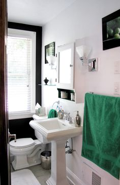 Love the green, black, and white in this bathroom