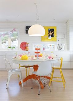 Eat-In kitchen with yellow accents interior kitchen colored Küchen Design, House Design, Interior Design, Interior Modern, Kitchen Interior, Kitchen Decor, Colored Dining Chairs, Mismatched Chairs, Yellow Chairs