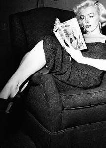 ★ Marilyn Monroe ♡ Old Hollywood ★ Marylin Monroe, Marilyn Monroe Photos, Marilyn Monroe Playboy, Marilyn Monroe Books, People Reading, Woman Reading, Gentlemen Prefer Blondes, Jane Russell, Classic Hollywood