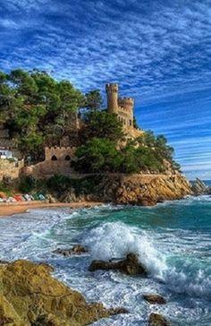 Las murallas y torres de #TossaDeMar se construyeron entre el s. XII y el s. XIV. La zona que rodean se conoce como Vila Vella. http://www.viajarabarcelona.org/ciudades-cercanas/costa-brava/ #turismo #Catalunya #CostaBrava