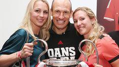 FC Bayern München Triple-Party 2013 - Arjen Robben posiert mit seiner Frau Bernadien (l.) und Schwester Vivian
