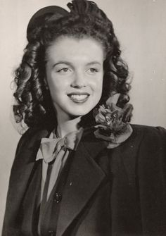 A rare photo of Norma Jeane (Marilyn Monroe) around 14 years old.