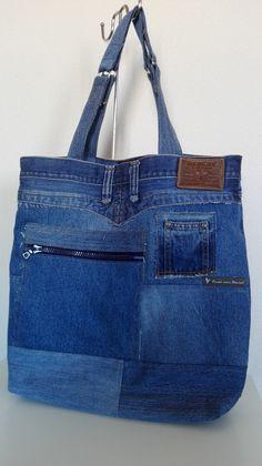 Een grote denim tas van recycling jeans. Tote bag.