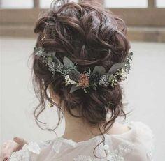 Boho Wedding Updo, eine lockige lässige Hochsteckfrisur für die Hochzeit. Die Brautfrisur ist mit zarten Haarblumen geschmückt.#brautfrisur #hochzeit #bohostyle #bohobraut