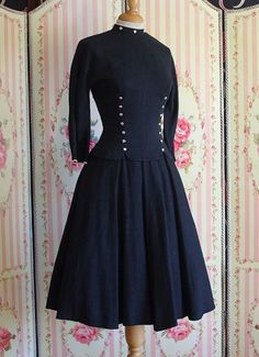 *** DESCRIPTION ***    Super smart and stylish 1950s day dress, which I wish I could fit into! It has a flattering, very fitted and