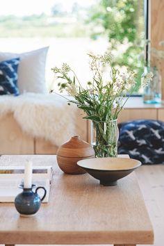 I Lenes sommerhus er det fokus på treverk og naturlige materialer   Boligpluss.no Small Tiny House, Tiny House Design, Tall Windows, Nordic Interior, Wood Interiors, Nordic Style, Small Living, Scandinavian, Sweet Home