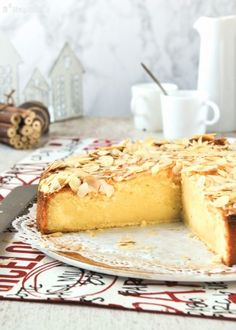 Almond cake with mascarpone. Almond cake with mascarpone (in Spanish) Delicious Desserts, Dessert Recipes, Bread Machine Recipes, Loaf Cake, Almond Cakes, Yummy Cakes, Sweet Recipes, Cupcake Cakes, Food To Make